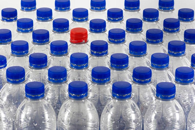 Los peligros de rellenar botellas de plástico