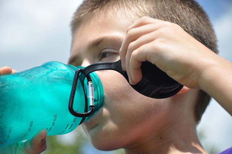 ¿Qué agua deben beber los niños?